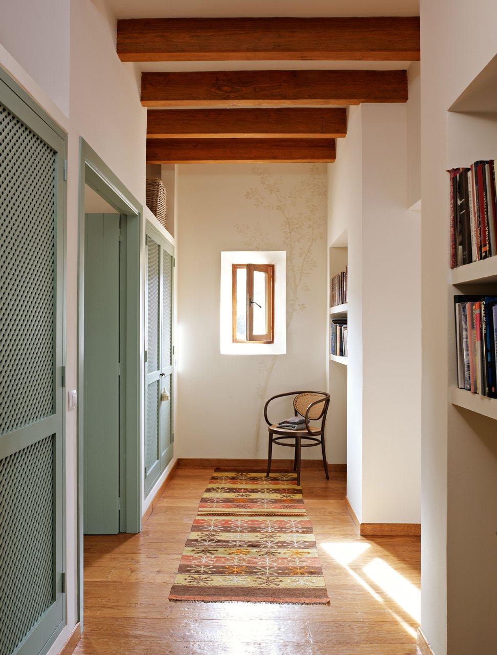 Casa r stica con paredes de piedra y porche con techo de madera - Armarios de obra ...