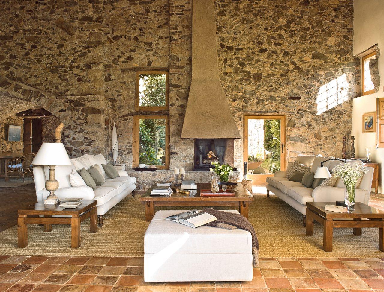 Un salón envuelto en piedra