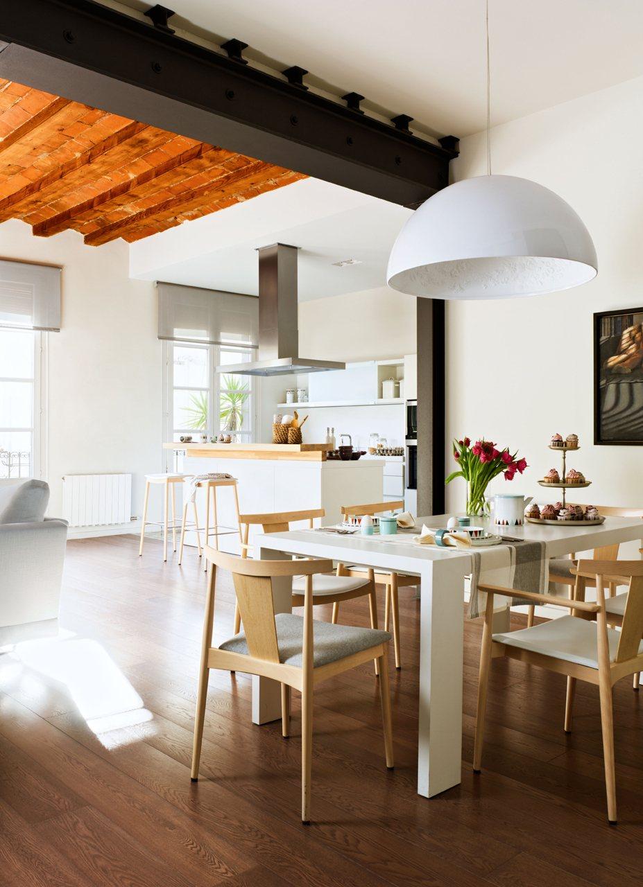 Esta cocina mezcla elementos antiguos y nuevos con mucho for Vistas de cocinas