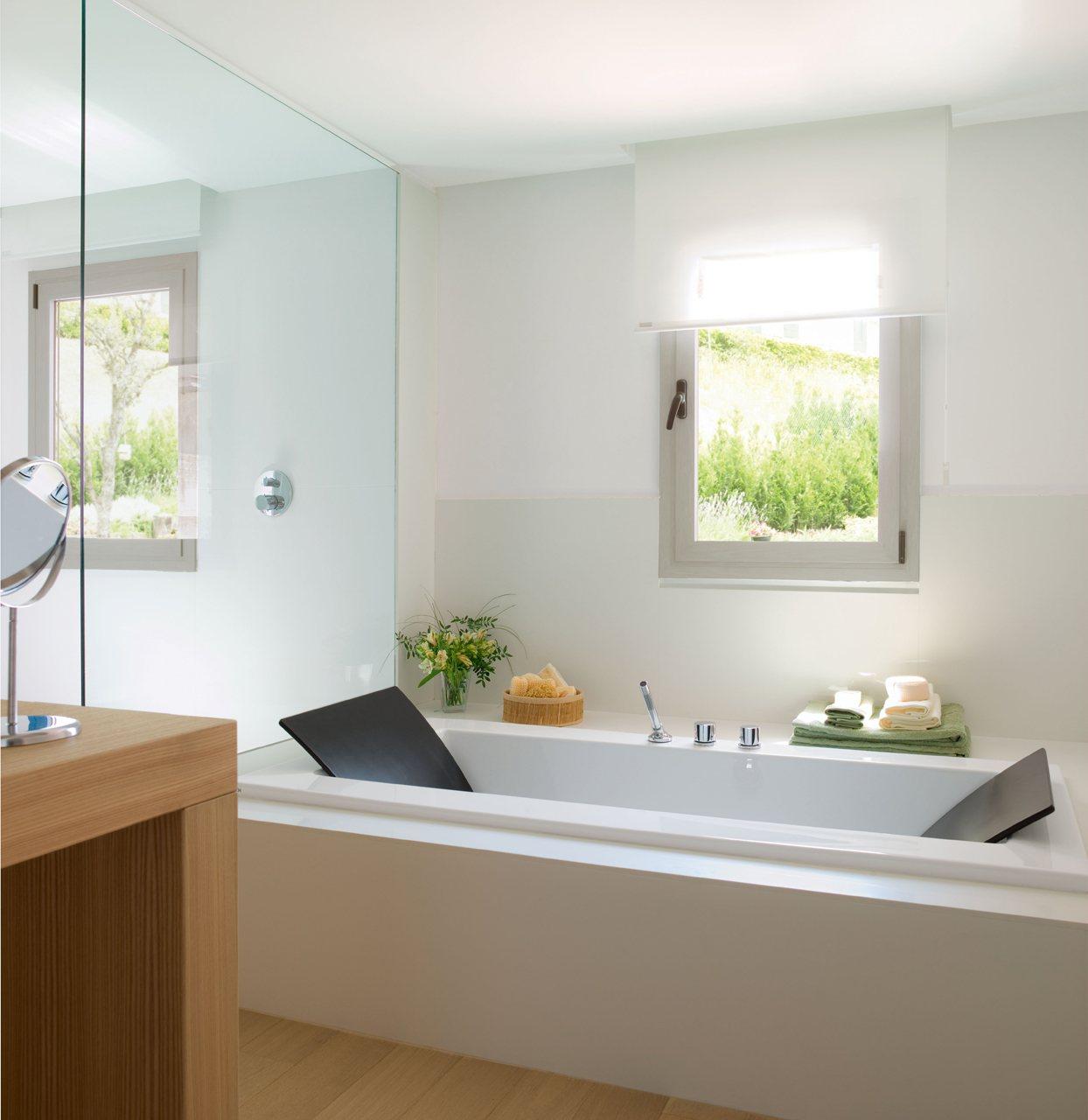 Un ba o luminoso y acogedor en blanco y madera - Banera a medida ...