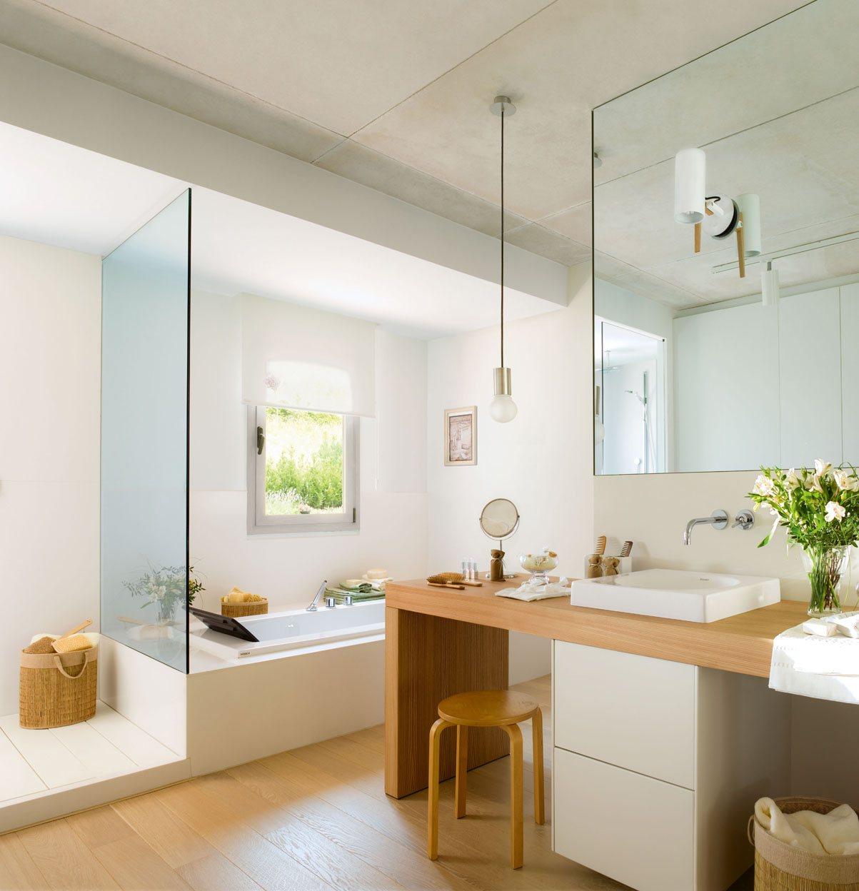 Un baño luminoso y acogedor en blanco y madera