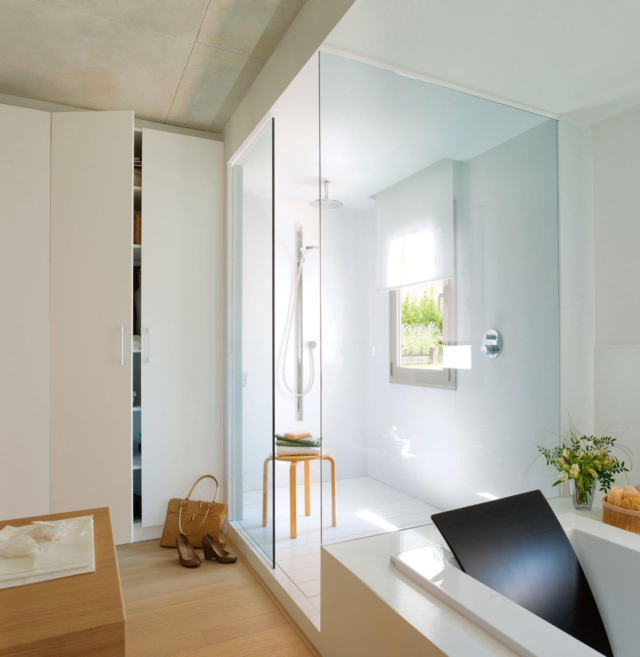 Un ba o luminoso y acogedor en blanco y madera - Bano con banera y ducha ...