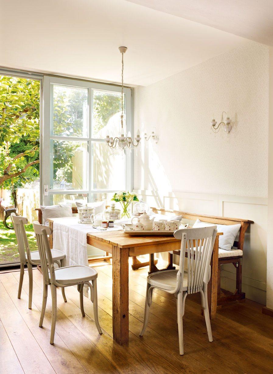 comedor con mesa de madera rectangular sillas blancas y lmpara de araa en cristal