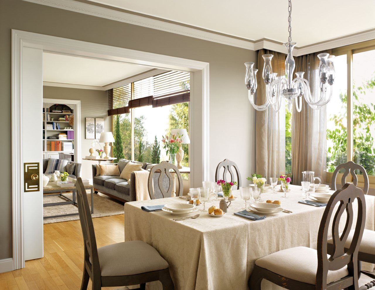 Consejos para decorar el comedor for Adornos mesa comedor cristal