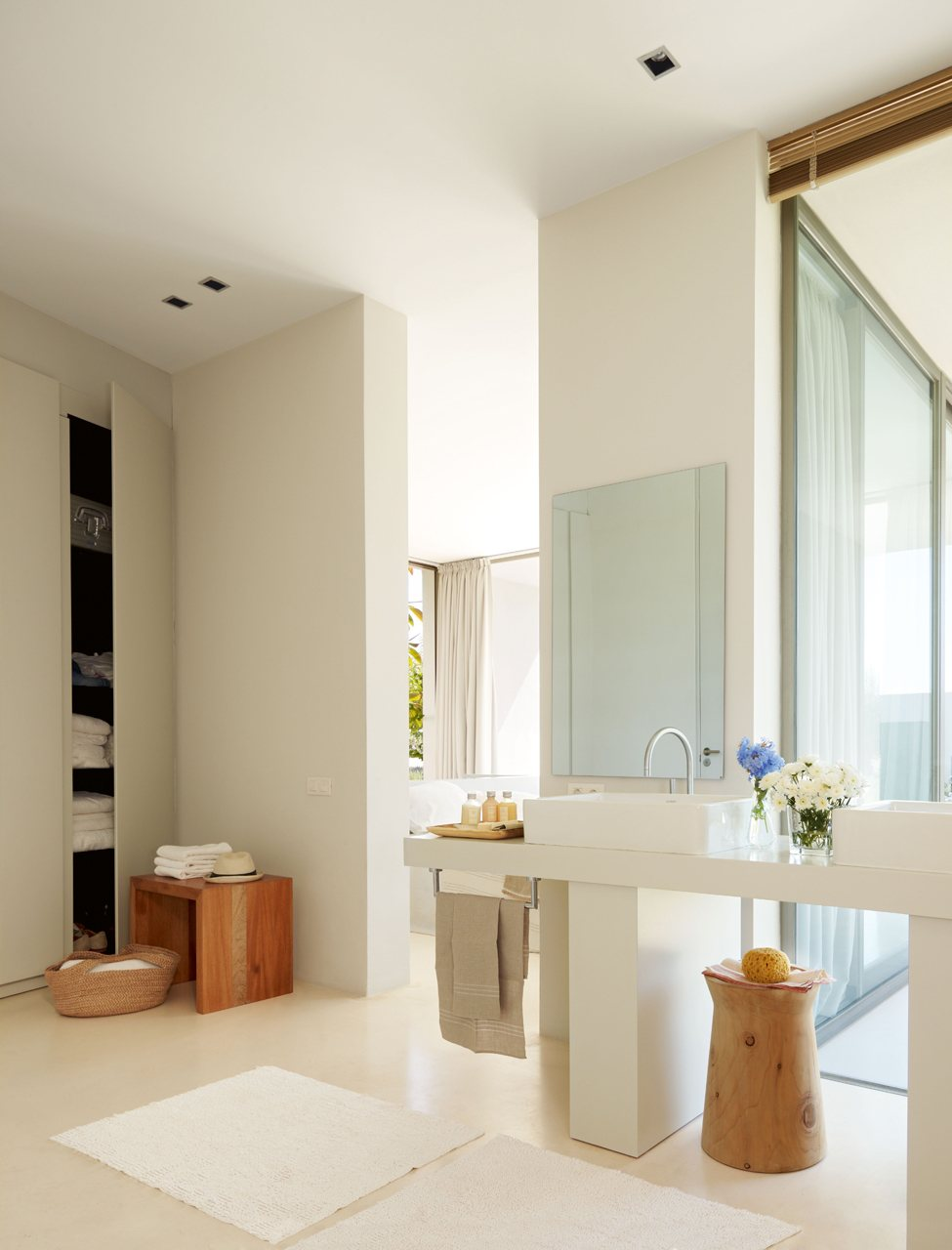 Un ba o grande abierto y sin ba era en ibiza for Dormitorio con bano
