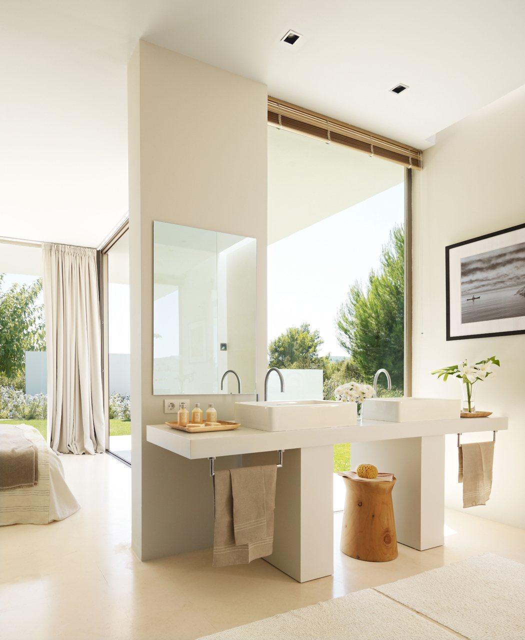 Un baño grande, abierto y sin bañera en Ibiza