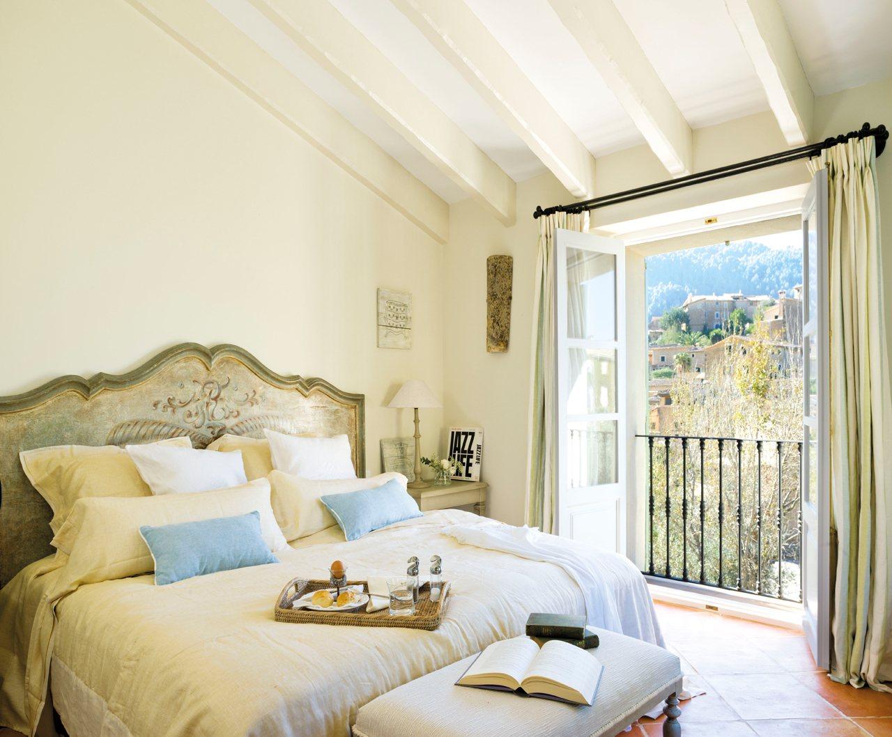 Blanco Dormitorio Principal Abuhardillado Con Un Clásico Cabecero