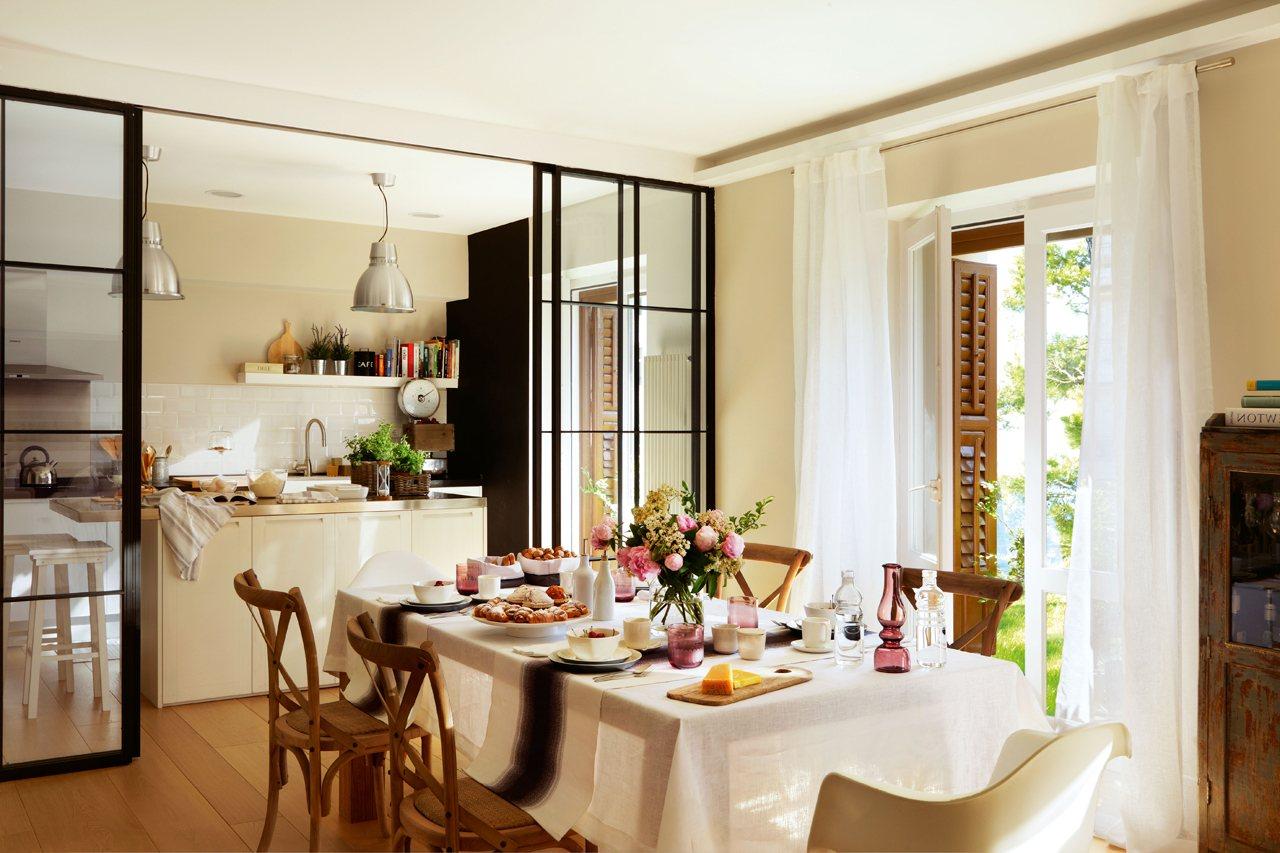 Reforma de una cocina abierta al comedor con un toque retro for Cocina unida a salon
