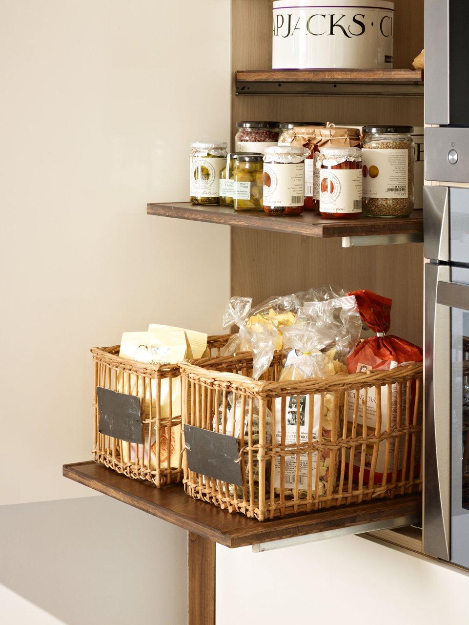 Una cocina moderna pr ctica y c lida - Rieles para baldas extraibles ...