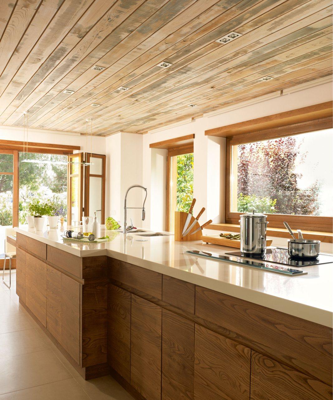 Una cocina moderna pr ctica y c lida - Interiores cocinas modernas ...