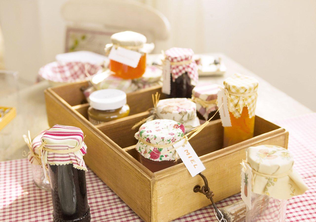 caja de madera con tarros de mermelada cajas de madera protegidas
