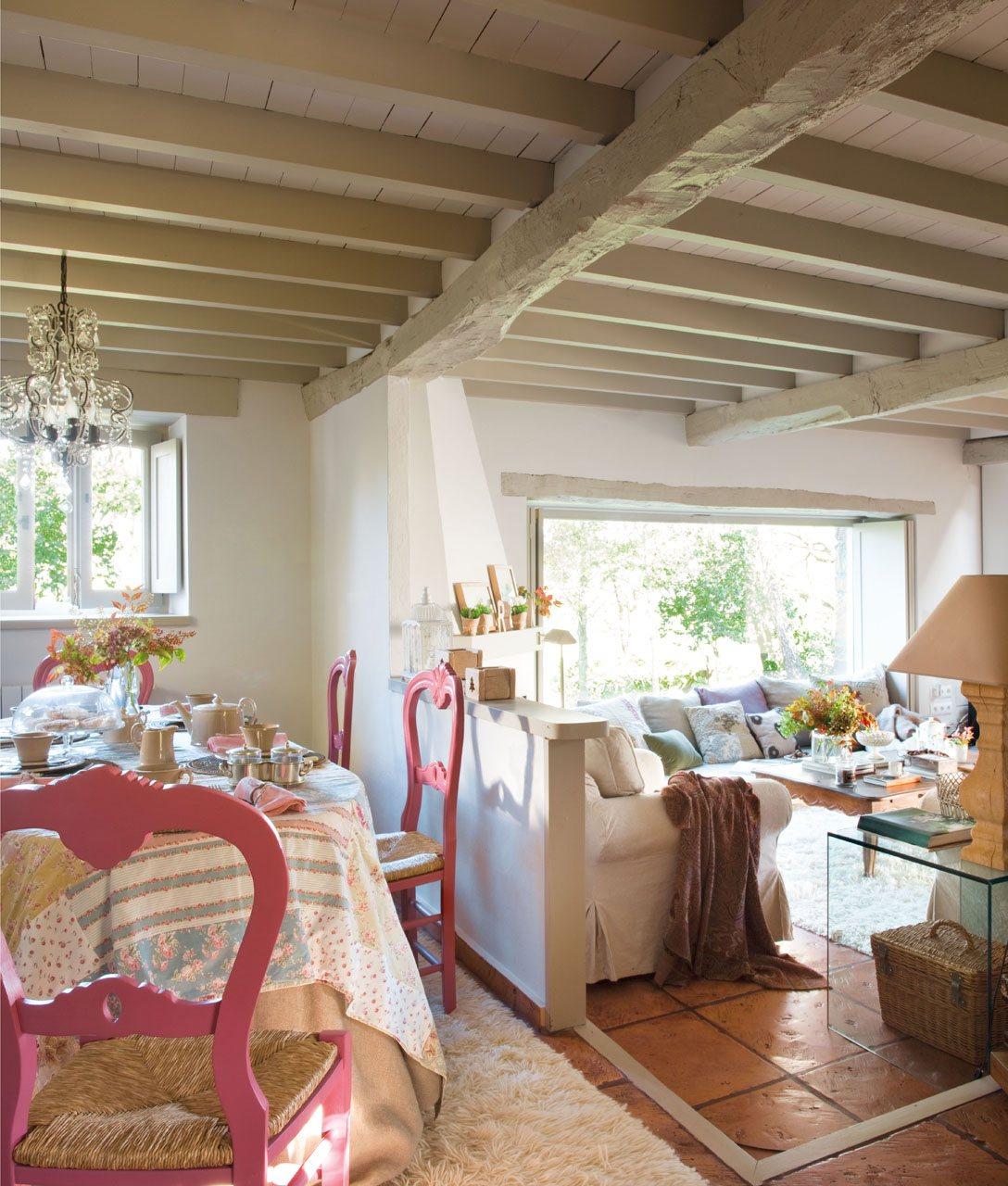 Comedor con sillas color rosa. Salón comedor
