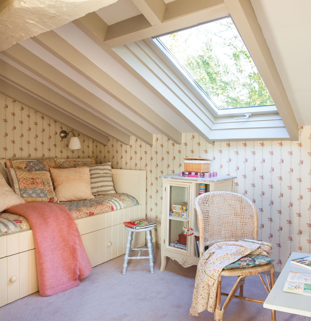 Dormitorio infantil abuhardillado. Bajo la buhardilla