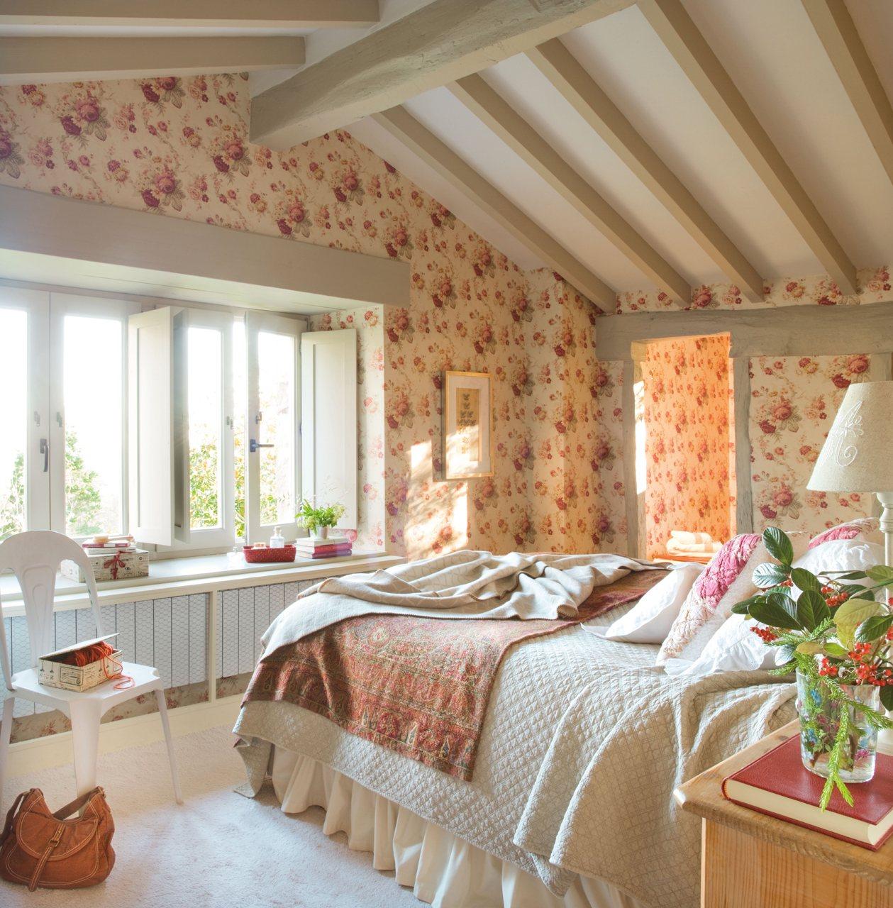Dormitorio principal con papel de flores. Dormitorio principal