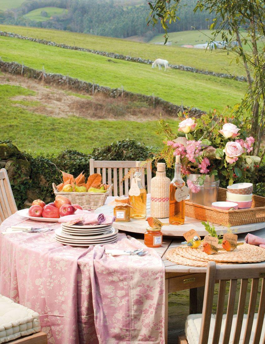 Mesa de comedor en el jardín. ¡A la mesa!