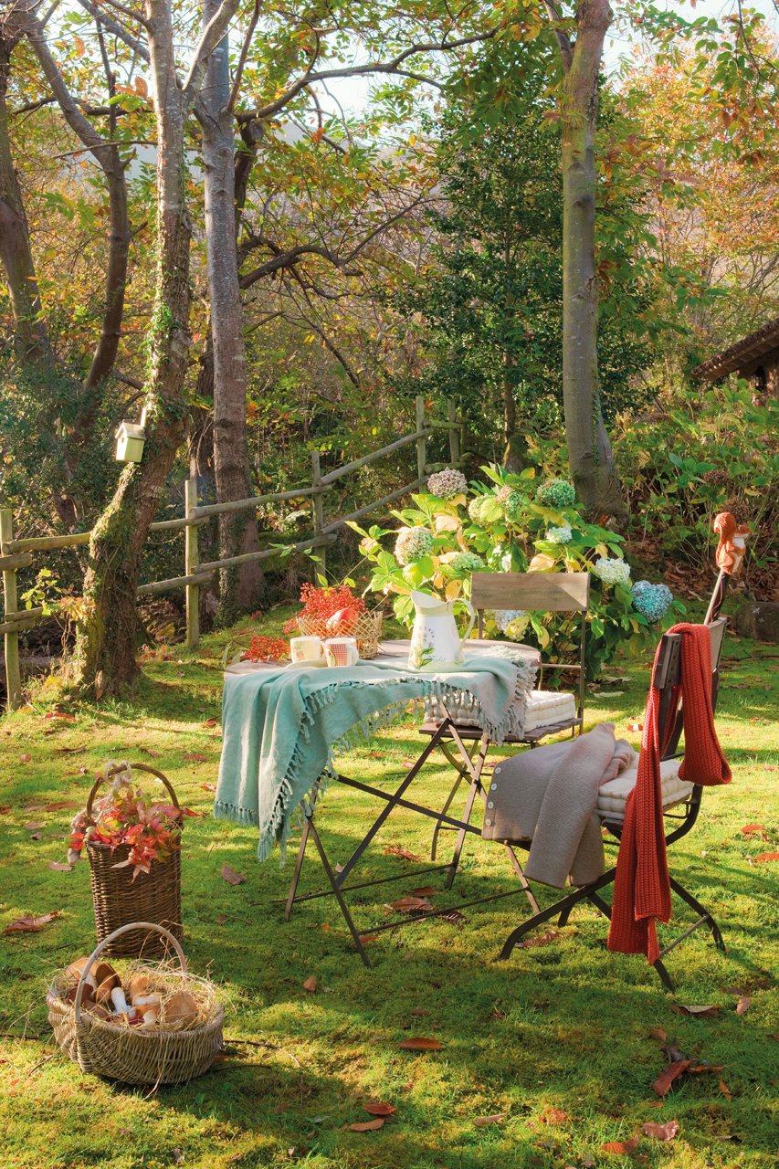 Mesa y sillas en el jardín. En el jardín