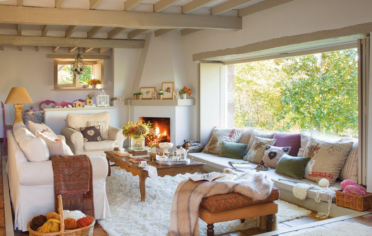 Salón con ventanal y chimenea. Un salón con vistas