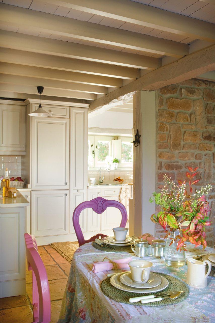 Vista del comedor hacia la cocina. Del comedor a la cocina