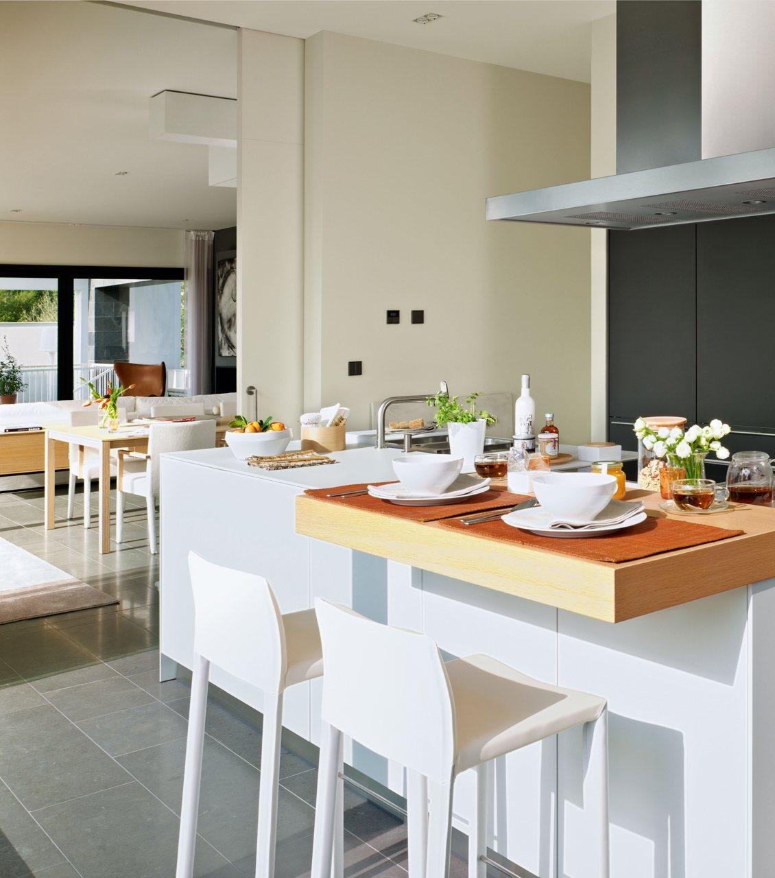 Una cocina con isla, luminosa y familiar