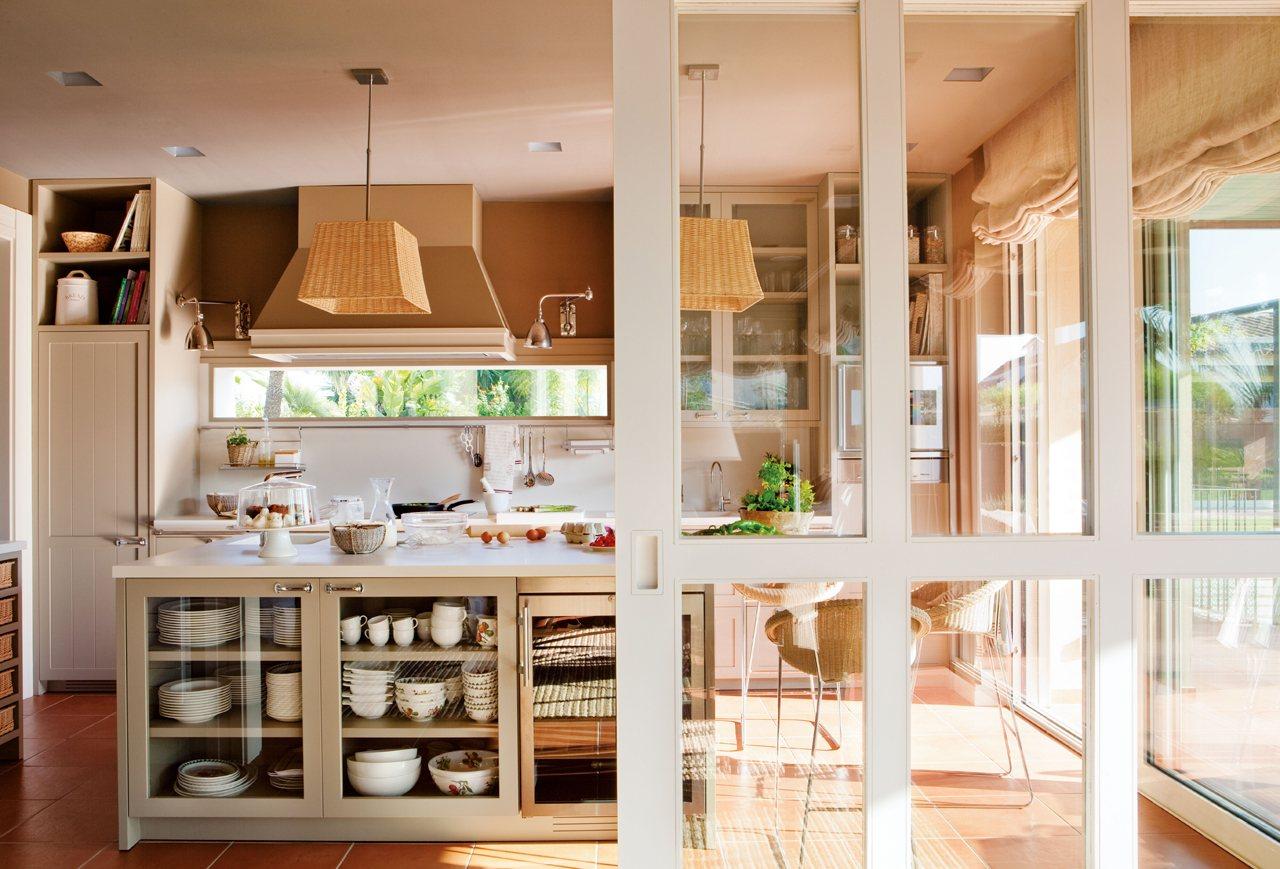 Una casa donde triunfa la comodidad - Cocinas con puertas de cristal ...