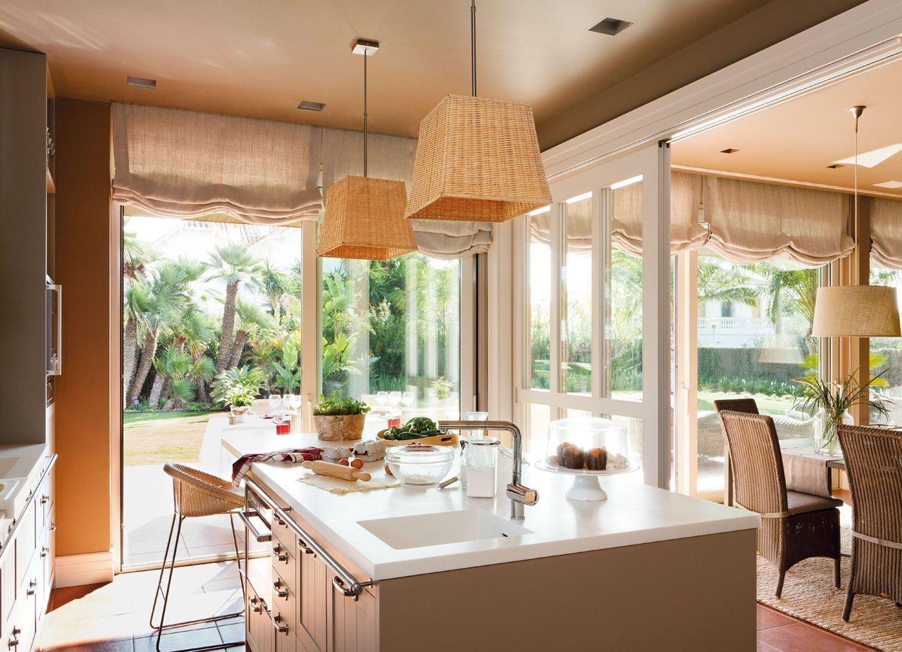 Una casa donde triunfa la comodidad for Cocinas abiertas al jardin