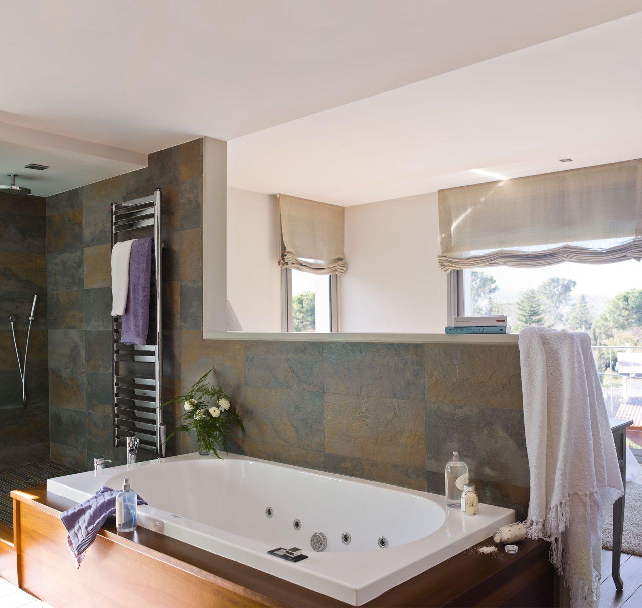 Un baño abierto y muy luminoso tras el cabecero #A76824 1280 1211