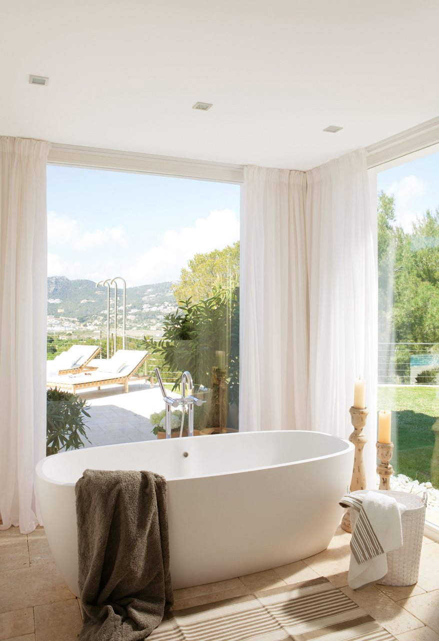 Un ba o compartido abierto con ducha y ba era for Banos con banera exenta