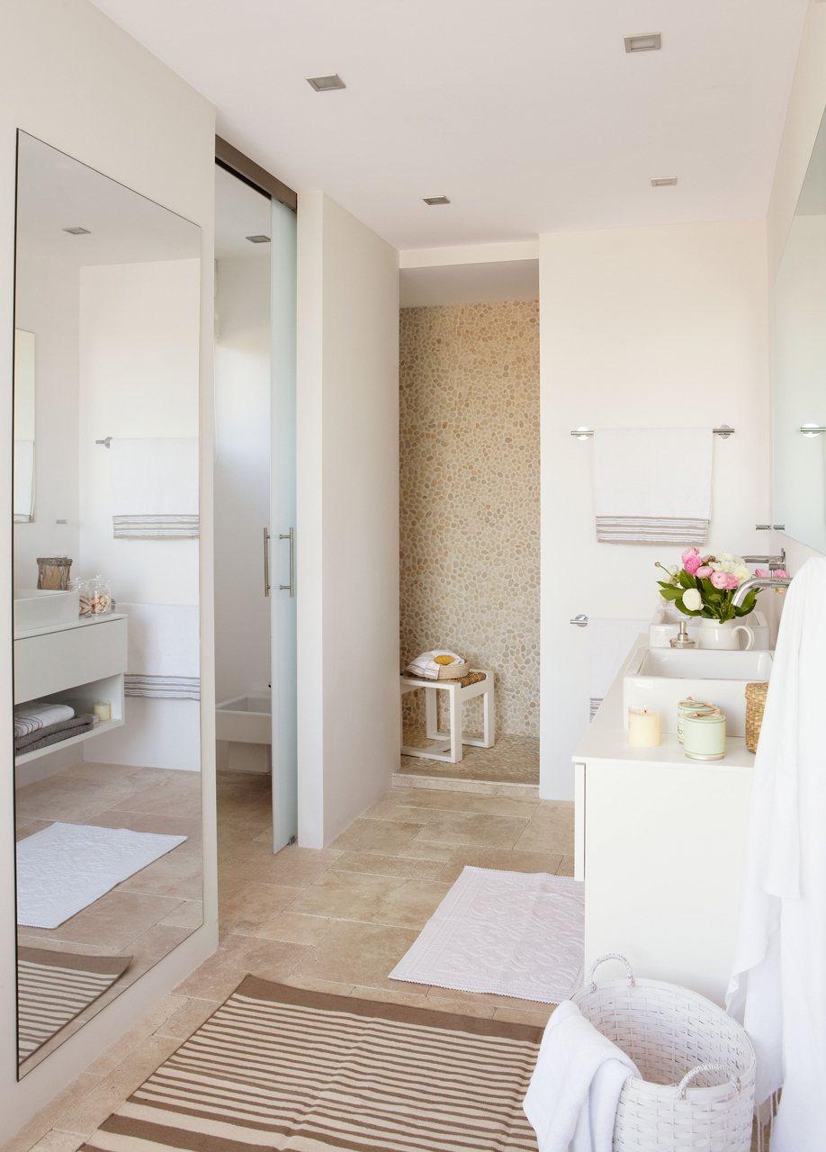 Un ba o compartido abierto con ducha y ba era for Banos bonitos con ducha