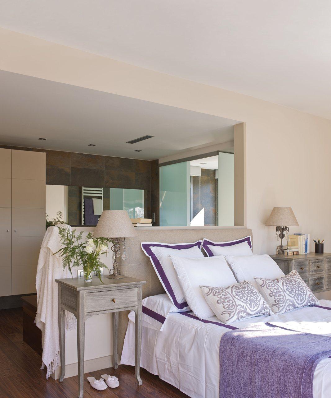 Dormitorio Y Baño ~ Un baño abierto y muy luminoso tras el cabecero