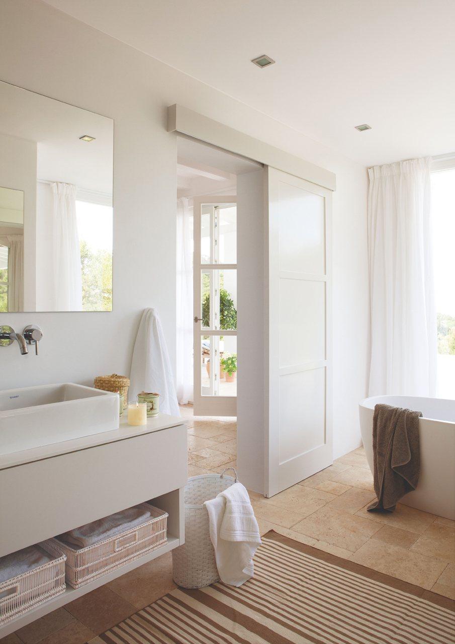 Un ba o compartido abierto con ducha y ba era for Puertas de corredera para dormitorio