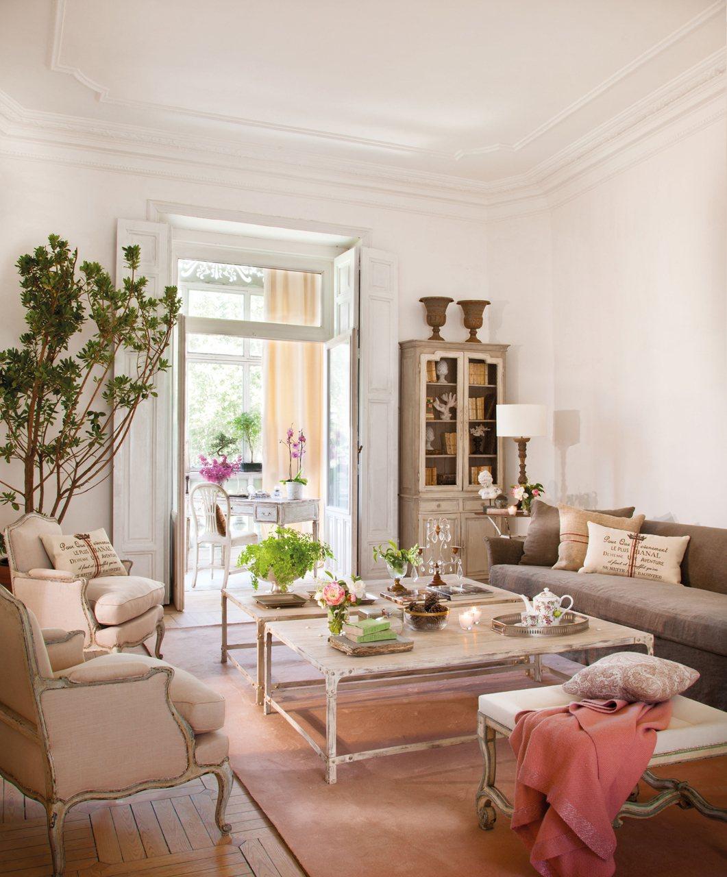 Un Salon Chic En Crudo Y Rosa - Salones-blanco-y-beige