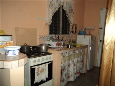 De su sala peque a puedes colocar cuadros con marcos de - Como amueblar una cocina pequena ...