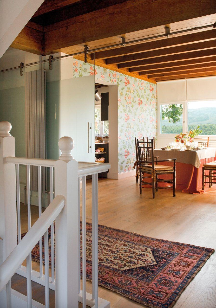 Una casa r stica y ecl ctica for Puertas correderas comedor