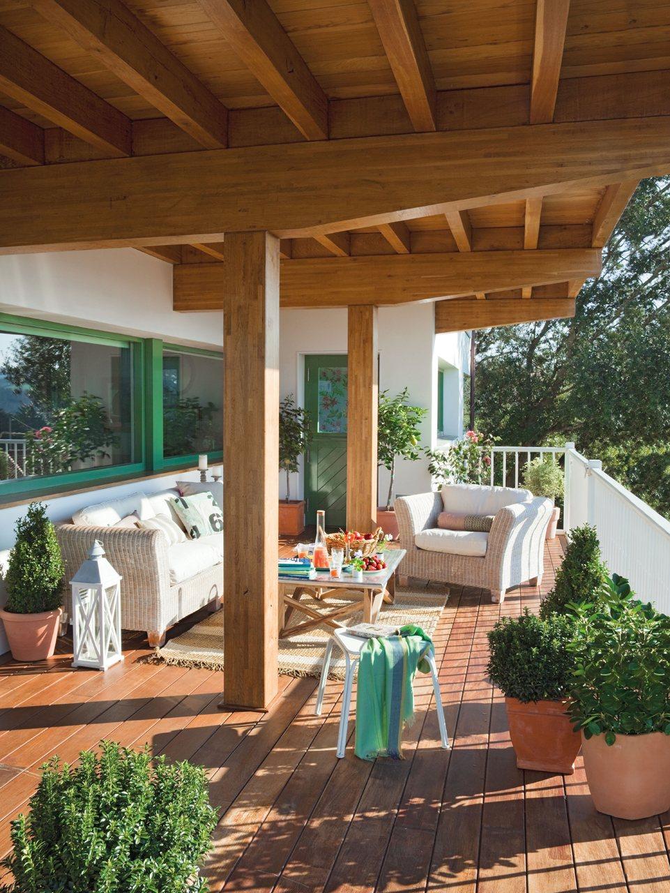 Una casa r stica y ecl ctica for Suelo de madera terraza