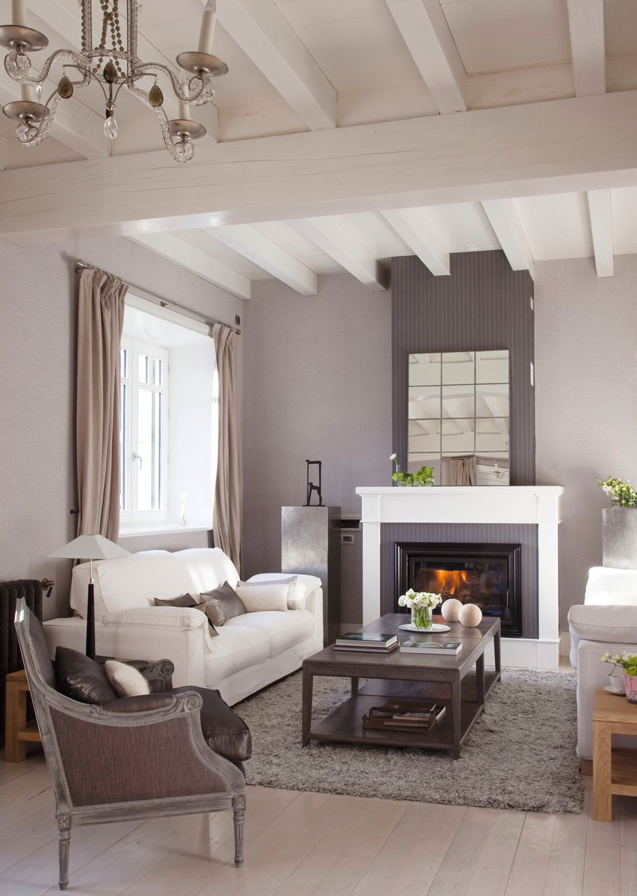 15 salones con chimenea para el invierno for Adornos para poner encima de una mesa de salon