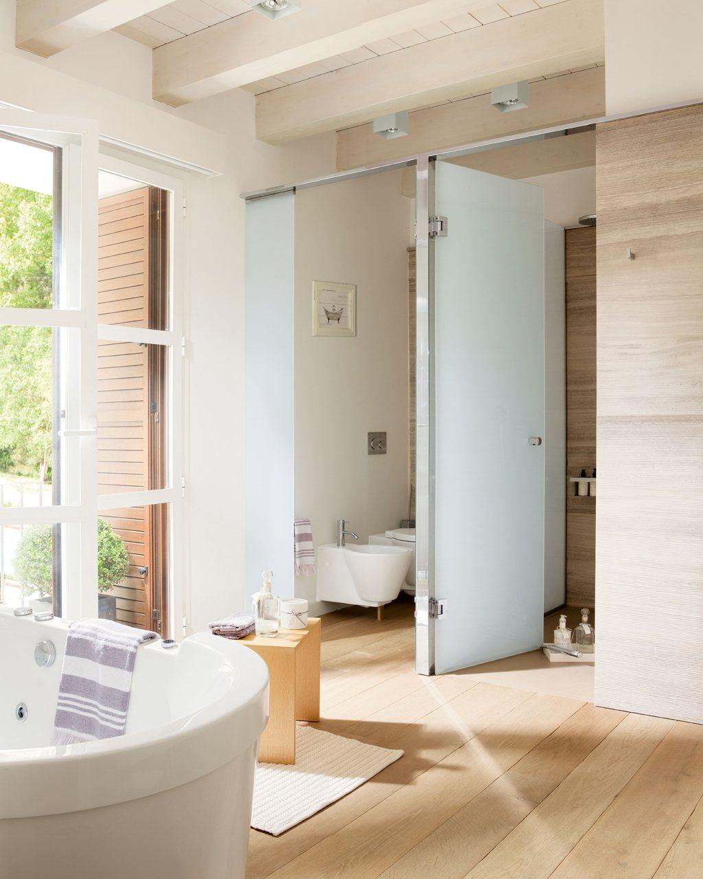 Ideas para decorar espacios peque os y ganar espacio for Puertas corredizas para banos pequenos