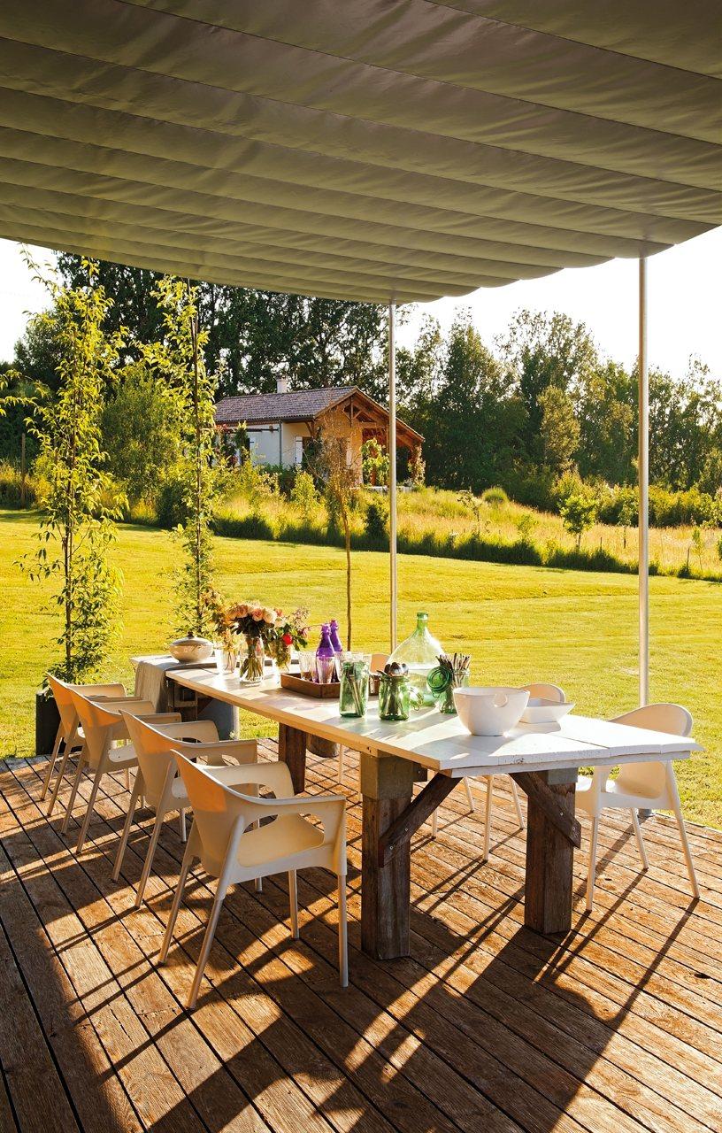 Una casa de madera decorada con mucho estilo for Mesa porche