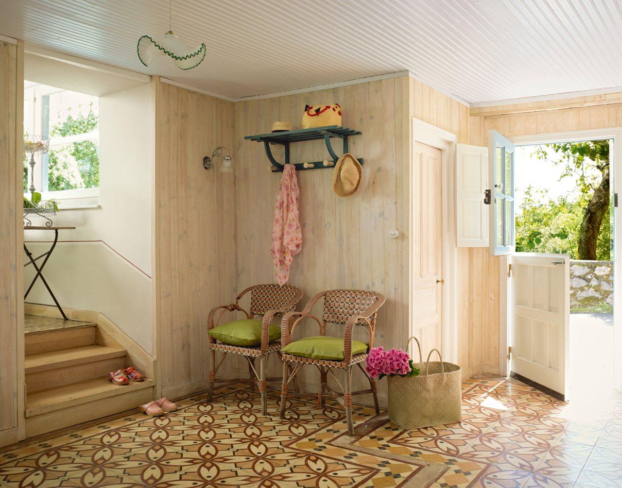 C mo decorar el recibidor for Muebles de mimbre pintados