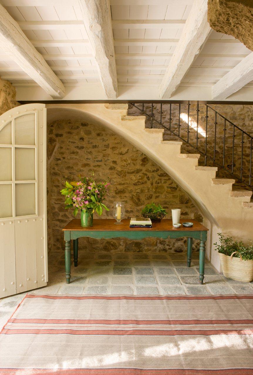 C mo decorar el recibidor - Escaleras rusticas de interior ...