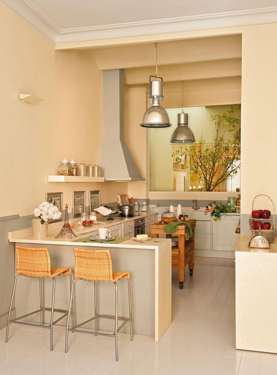 Cocina con barra de desayunos. Una cocina con mini-isla