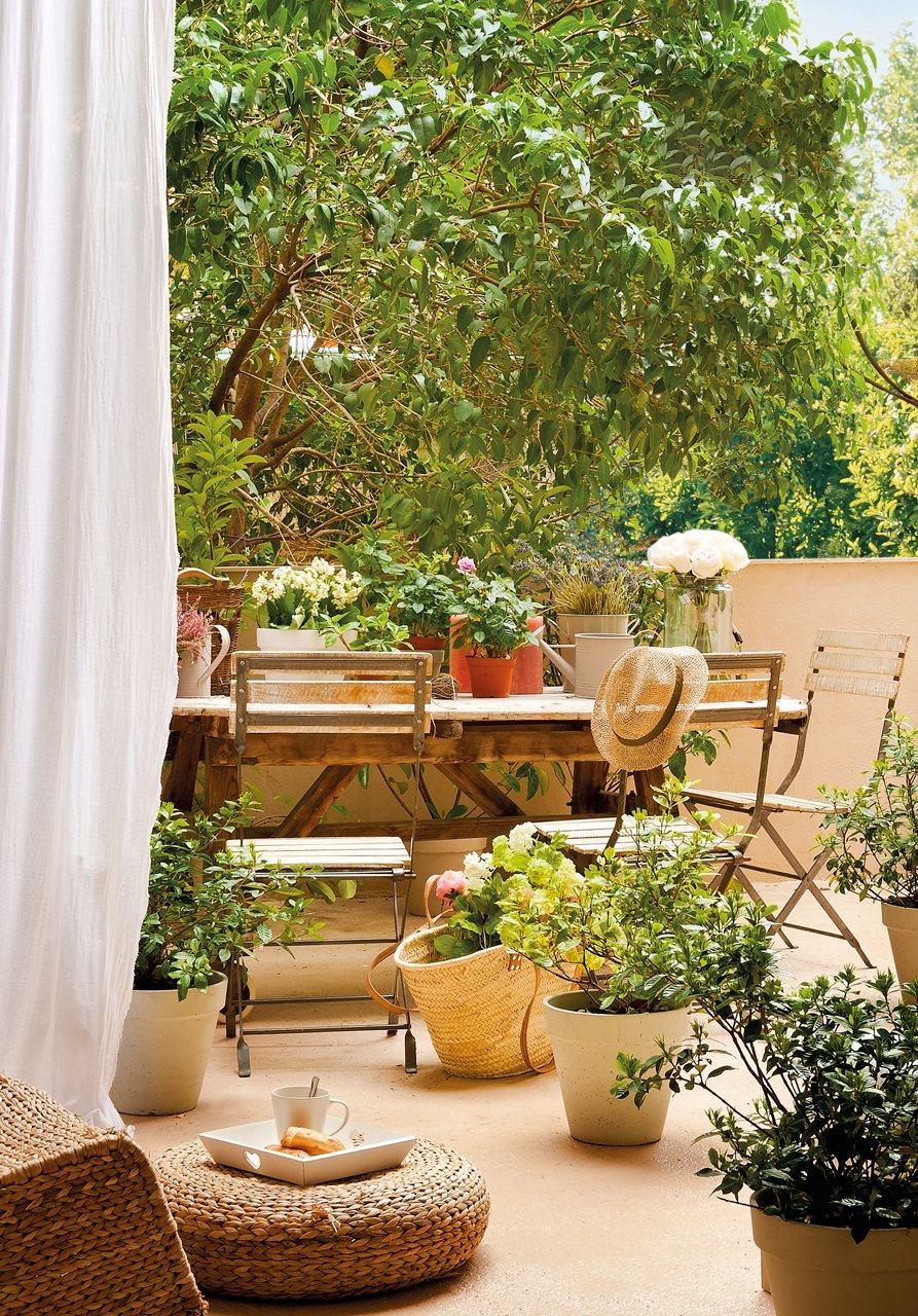 Piso con patio de estilo femenino for El mueble terrazas