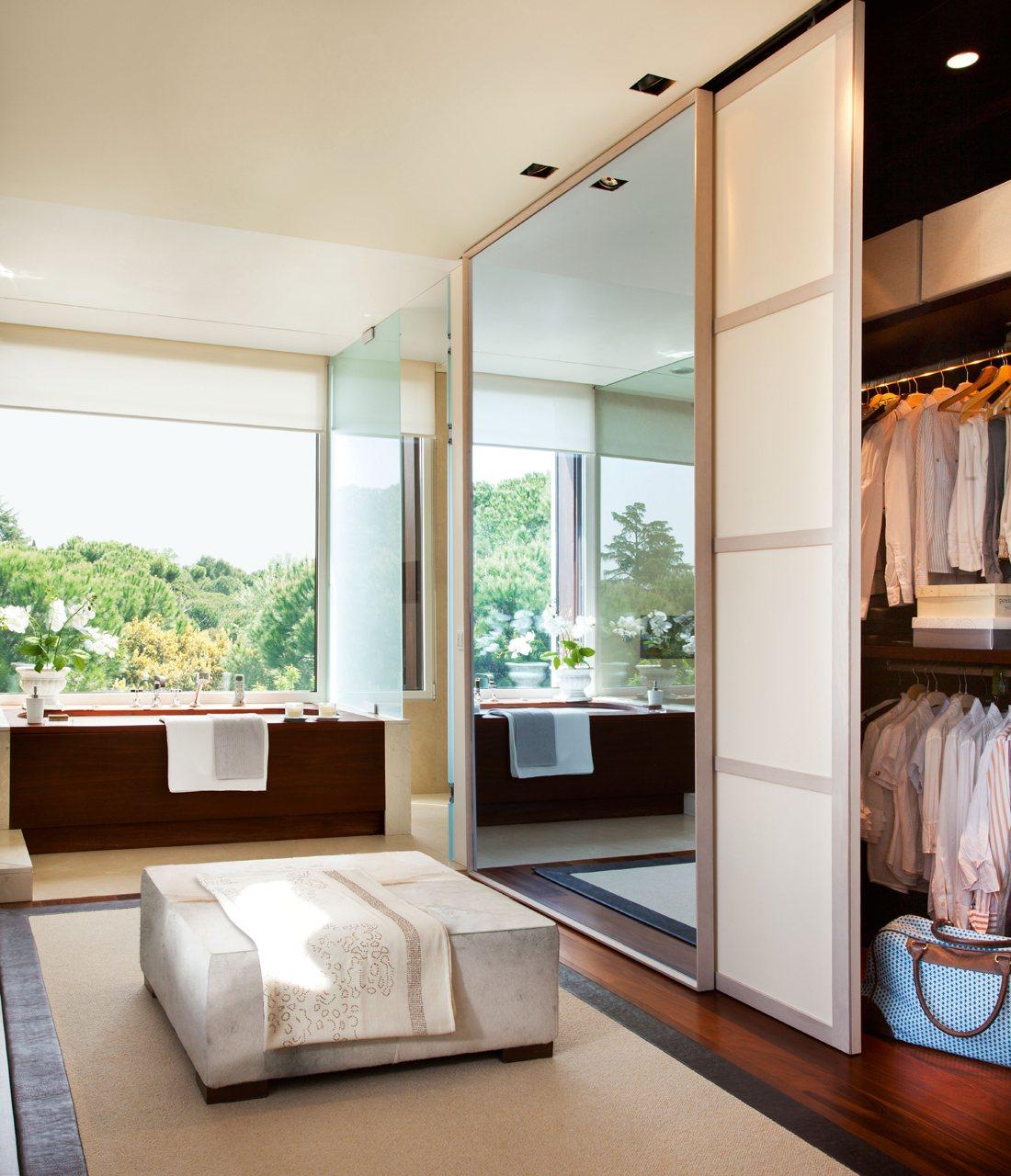Un ba o amplio y muy vers til con vestidor for Dormitorio con bano