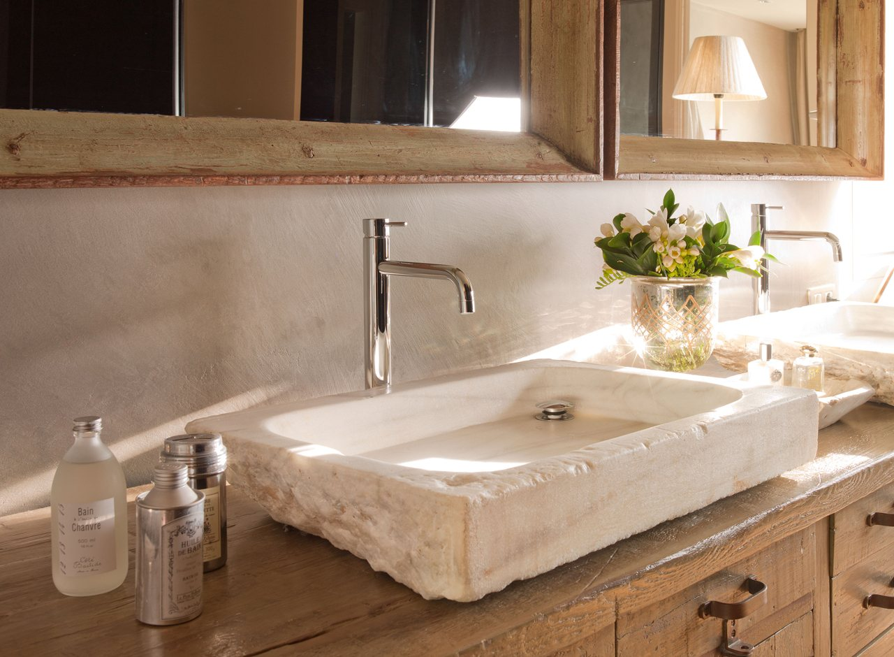 Griferia Baño Antiguo:Piezas recuperadas en un baño con vestidor