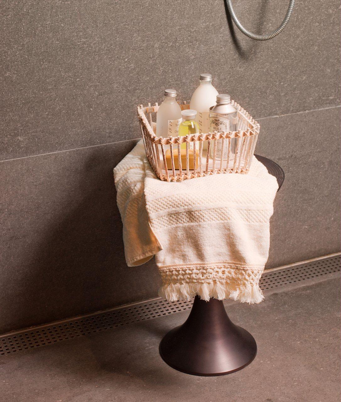 Baño Abierto Al Vestidor:Piezas recuperadas en un baño con vestidor