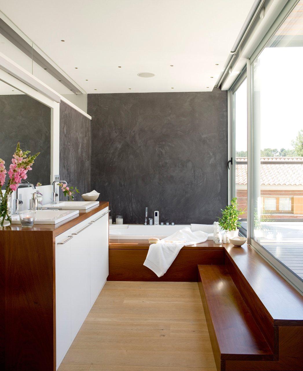 Baño Abierto Al Vestidor:Un baño con vestidor luminoso y práctico