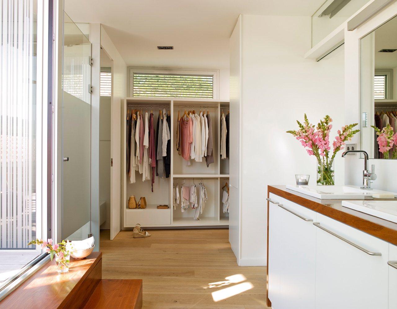 Baños Con Vestidor Planos:Un baño con vestidor luminoso y práctico