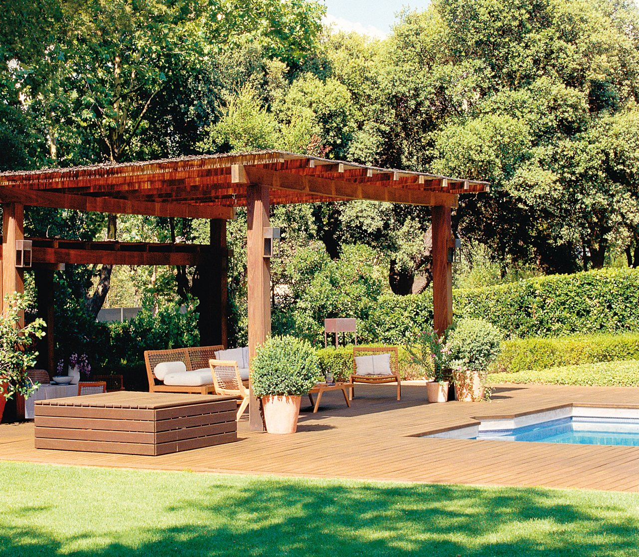 Las claves de 4 expertos para crear un jard n ideal - Estructura de madera para piscina ...
