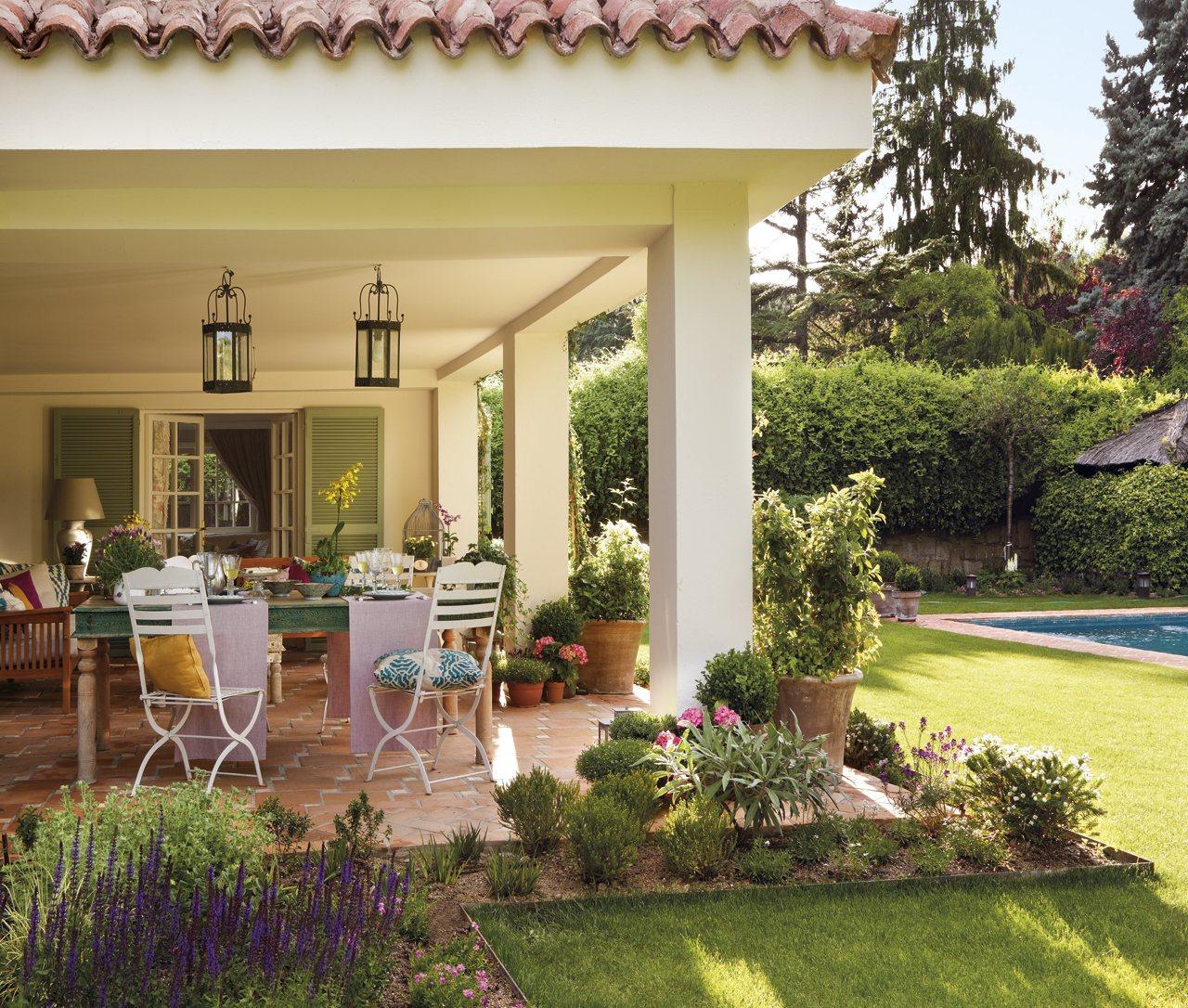 Una finca cl sica en las afueras de madrid for Casas con porche y piscina