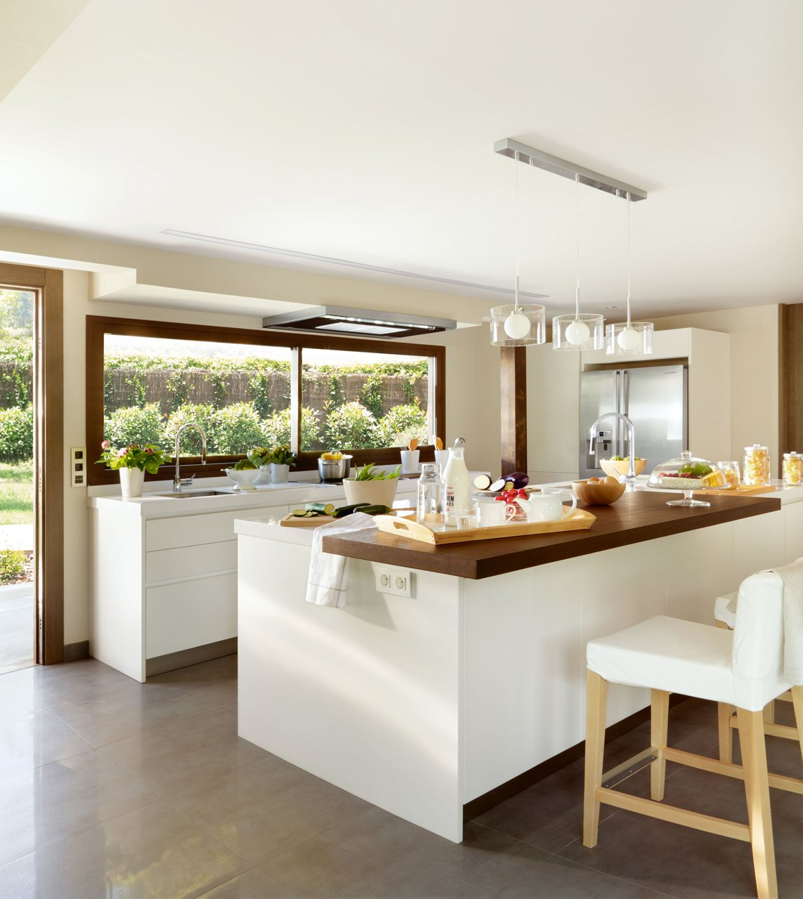 Tres cocinas amplias luminosas y frescas for Mostrar cocinas modernas