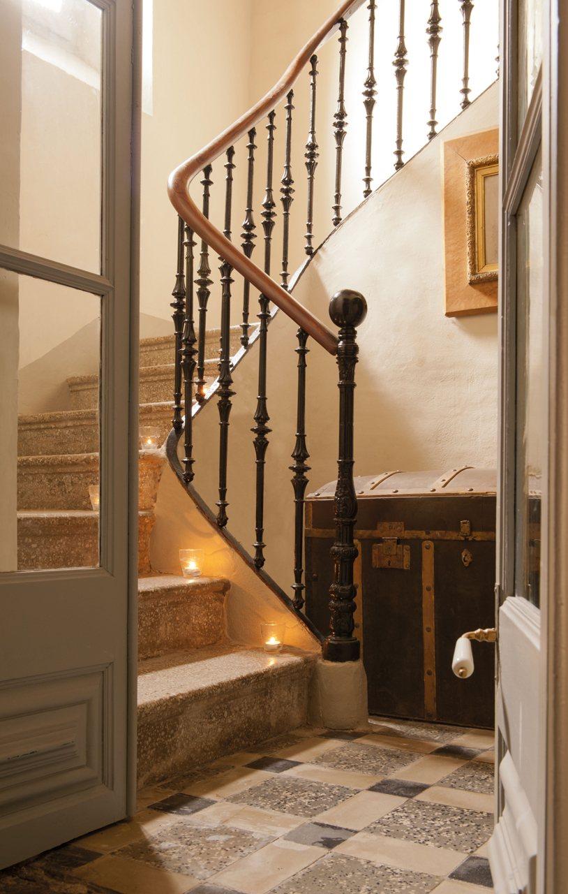 Una antigua casa de indianos restaurada con un toque franc s - Escaleras para casa ...